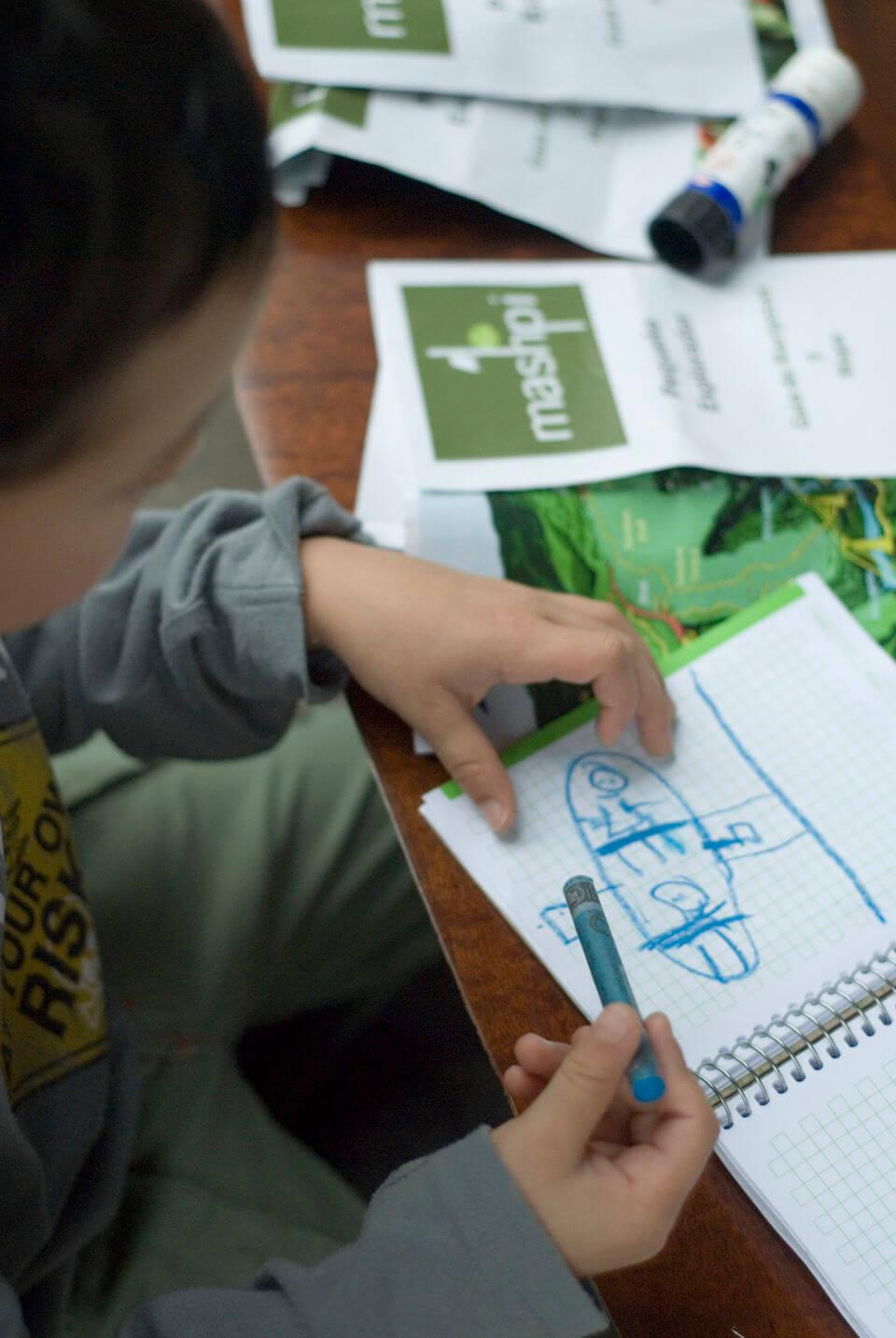 Niño dibujando en Mashpi Lodge