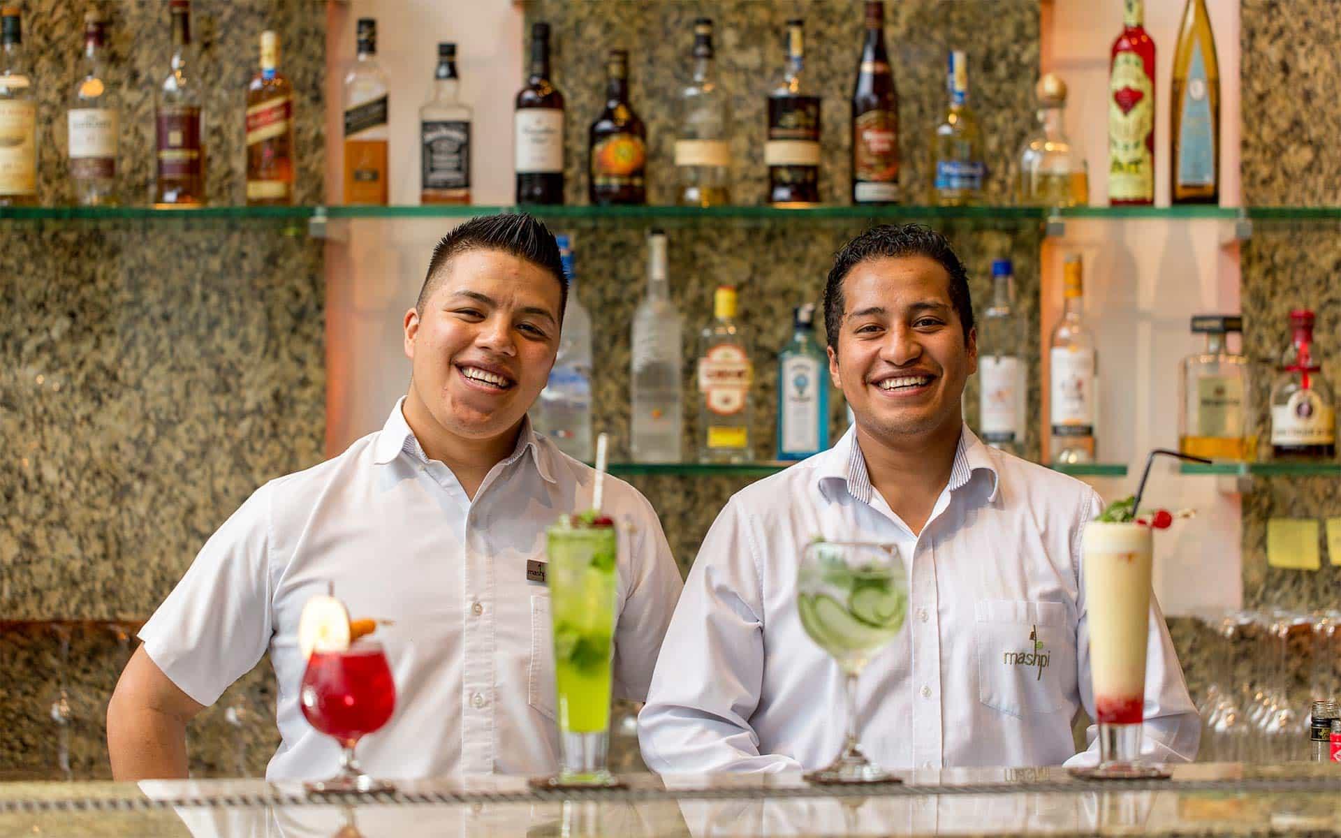 Personal del bar de Mashpi Lodge