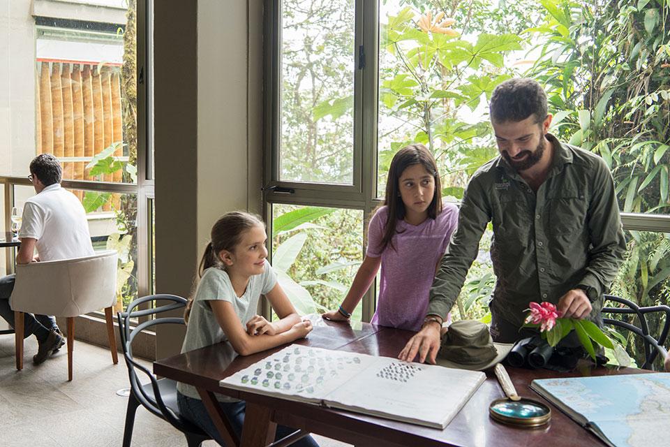 Niños aprendiendo en Mashpi Lodge